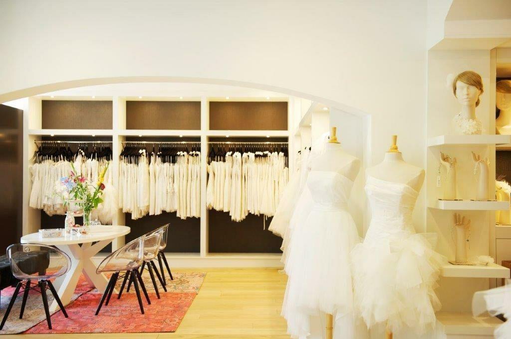 Toen uit de online enquêtes bleek dat bruiden de winkel van Assepoester minder mooi vonden, koos eigenaar Eelco voor een make-over.